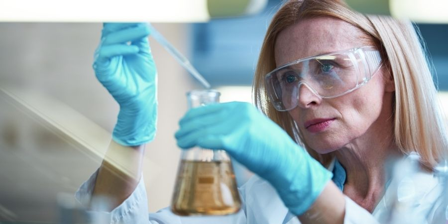 Científica química con habilidades criticas avanzadas