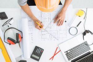 ingeniero civil diseñando un plano