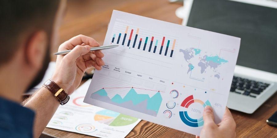 Empleos de negocios, investigación y administración: un trabajo con habilidades críticas: economista