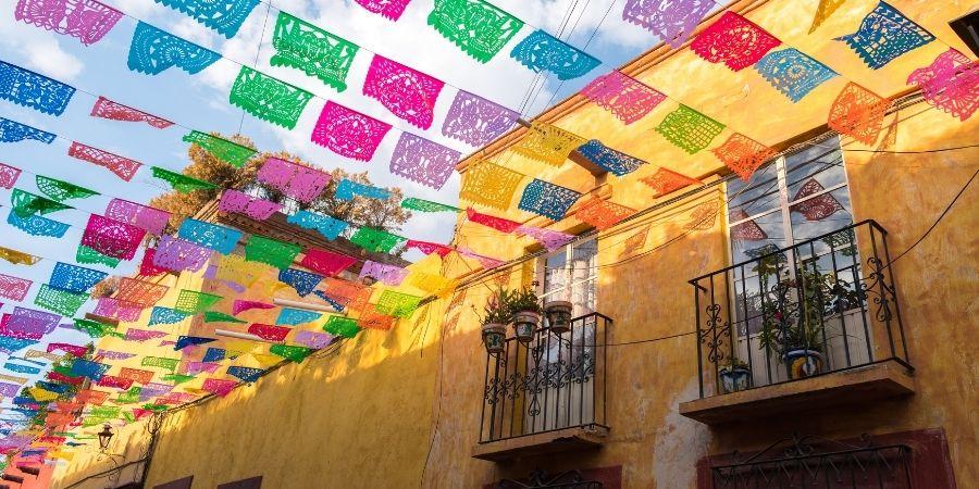 puebla mexico, ciudad de mexico banderines coloridos. labora como ingeniero quimico