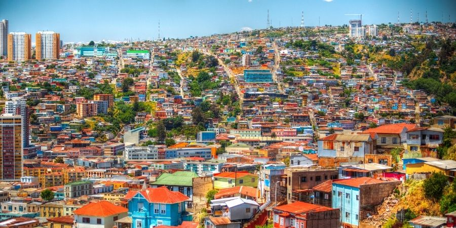 Ciudad santiago de chile, edificios y oficinas de trabajo. El mejor pais para conseguir oportunidades laborales como ingeniero quimico en latinoamerica
