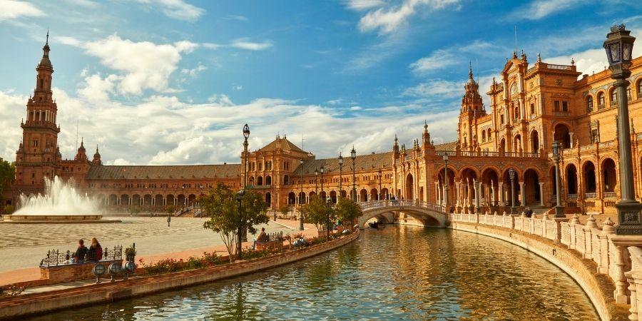 centro de madrid, puente y lago cerca de la catedral, empieza a trabajar como ingeniero quimico en esta ciudad europea