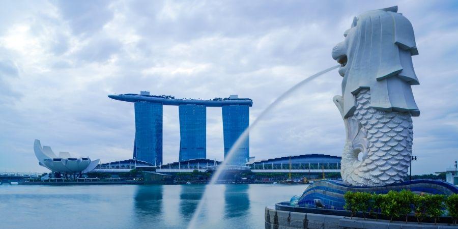 estatua de dragon en la ciudad de merlion de singapur, nacion con el mejor sueldo para ingenierios quimicos