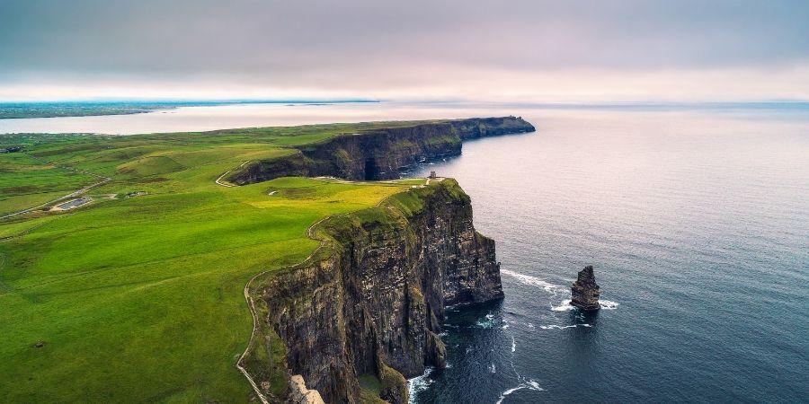 hermoso paisaje de las montañas y mar de irlanda