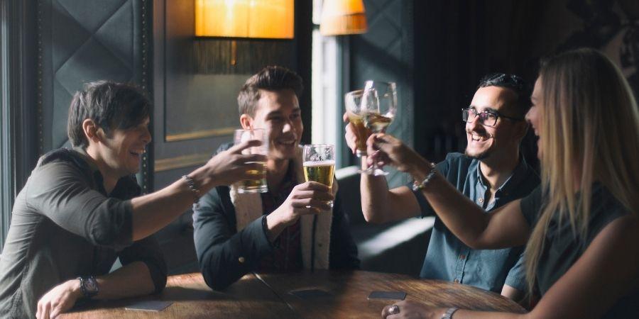 Olvidate de los problemas y ve con tus amigos al pub mas cercano en Dublín Irlanda.