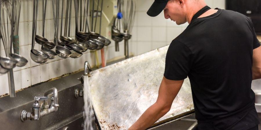 Manejar y sostener la cocina limpia
