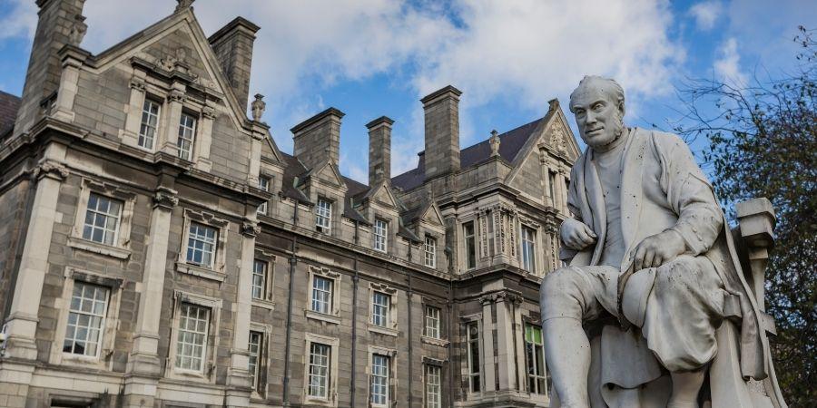 Estudia en la universidad Trinity College Dublin